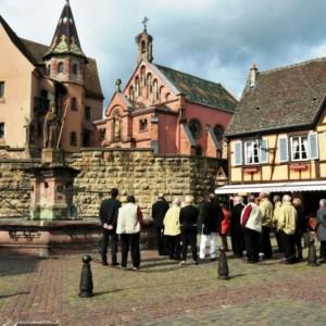 2.Sur-la-place-du-chateau-et-sa-chapelle-800x531