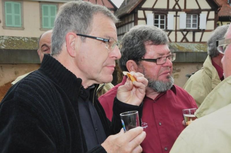 8.Alsacien-et-vosgien-partagent-le-verre-de-lamitie-800x531